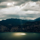 Ein Lichtspot über dem Gardasee
