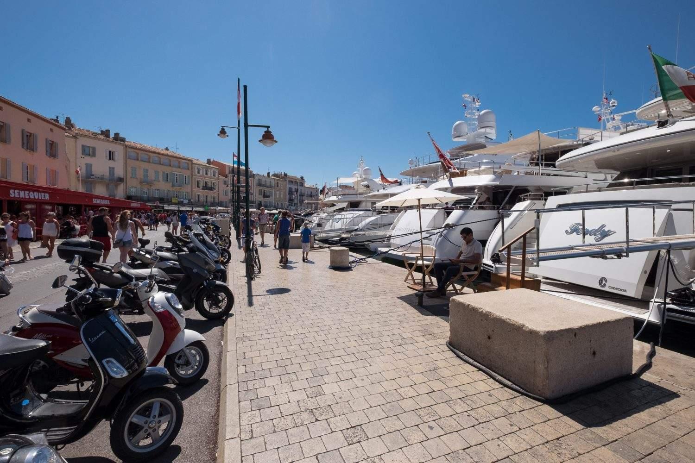 Vespas und Yachten in Saint Tropez